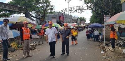 Wali Kota Tomohon Jimmy Feidie Eman SE Ak CA mmantau langsung penyemprotan disinfektan