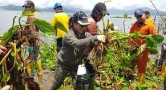 Jemaat GMIM Wilayah Tomohon Empat Angkat Eceng Gondok di Danau Tondano