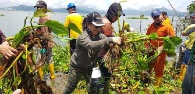 Ir Miky Junita Linda Wenur MAP membaru bersama jemaat mengangkat Eceng Gondak