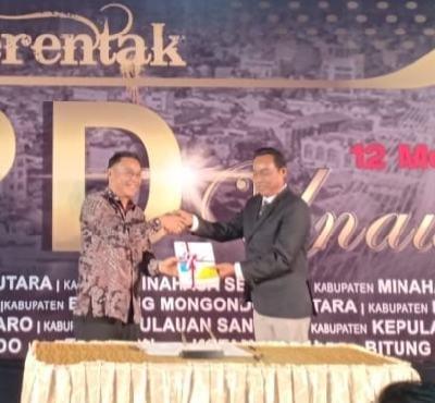 Wali Kota Tomohon Jimmy Feidie Eman SE Ak CA menyerahkan LKPD tahun 2019 kepada BPK-RI