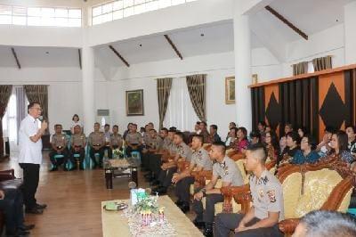 12 Polisi baru asal Tomohon saat audiensi dengan Wali Kota Tomohon Jimmy Feidie Eman SE Ak CA
