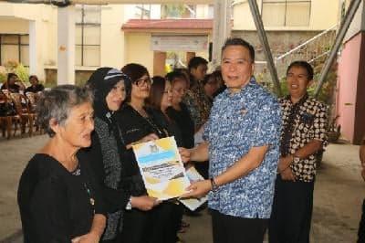 Wali Kota Tomohon Jimmy Feidie Eman SE Ak CA menyerahkan santunan duka