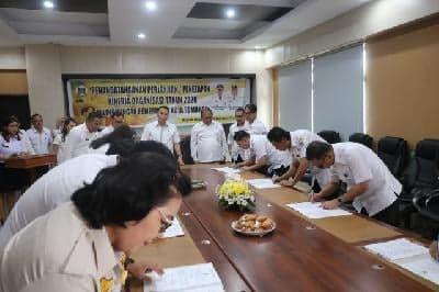 Para pejabat di lingkup Pemkot Tomohon menandatangani perjanjian kinerja