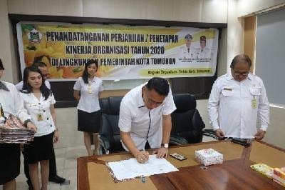 Wali Kota Tomohon Jimmy Feidie Eman SE Ak CA menandatangani  Perjanjian Kinerja