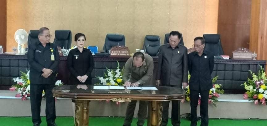 Ketua DPRD Tomohin Djemmy J Sundah menandatangani berita acara penetapan Perda Tata Tertib