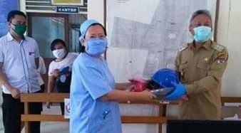 Wabup Minsel Serahkan APD di Tiga Rumah Sakit dan Bantu Korban Banjir