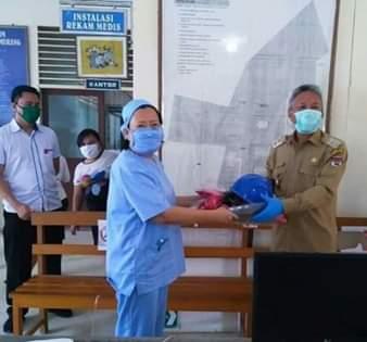 Wabup Minsel Serahkan Bantuan APD di Tiga Rumah Sakit dan Bantu Korban Banjir