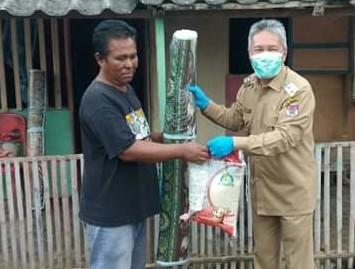Wabup Minsel Serahkan Bantuan APD di Tiga Rumah Sakit dan Bantu Korban Banjir1