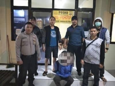 Tim URC Totosik Polres Tomohon mengamankan tersangka penganiayaan di Mapolsek Tomohon Selatan