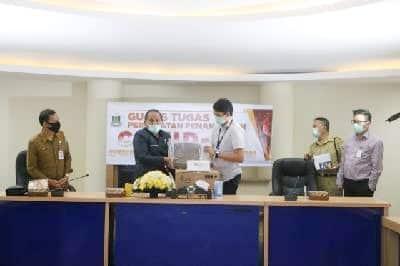 Penyerahan bantuan dari PT Univenus kepada Pemkot Tomohon