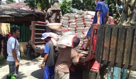 Penyaluran bantuan di Kecamatan Singkil