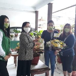 Bunga dan masker yang dikirim ke ketua-ketua W/KI GMIM wilayah dan jemaat se-Rayon Tomohon