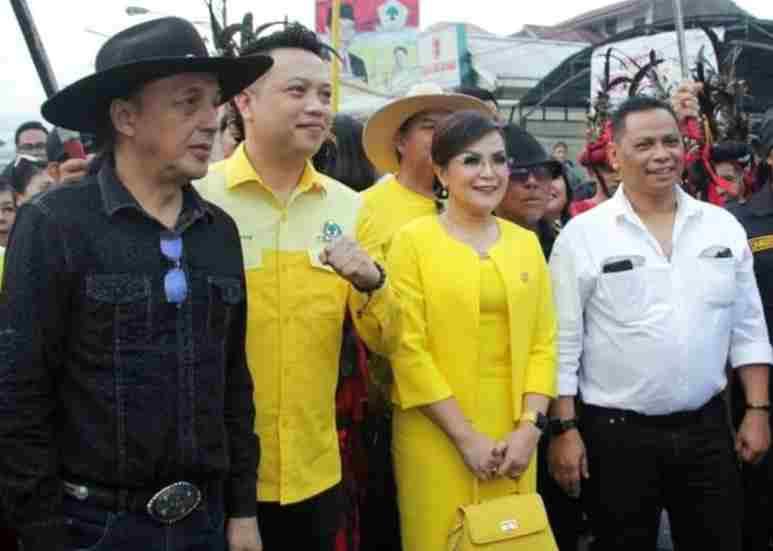 SAS dan RAW dalam perjalanan untuk mendaftar sebagai bakal calon di Sekretariat Partai Golkar Tomohon beberapa waktu lalu