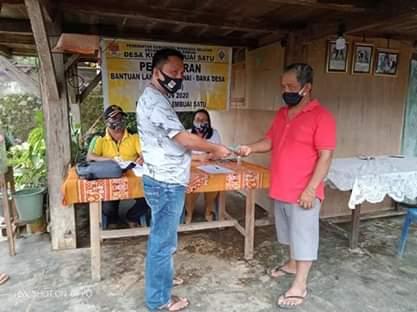 Hukum Tua Desa Kumelembuai Satu Vendry Mamangkey saat menyerahkan BLT-DD kepada Warga terdampak pandemi covid-19 beberapa waktu yang lalu (ist)