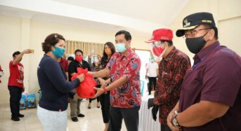 Peduli Warga Terdampak Covid-19, Wagub Kandouw Salurkan Bansos di Minahasa dan Mitra