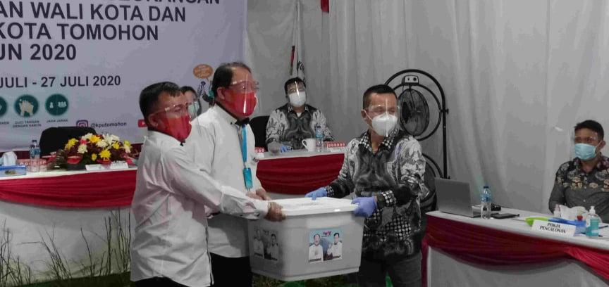 RoSe menyerahkan syarat dukungan perbaikan kepada Ketua KPU Tomohon