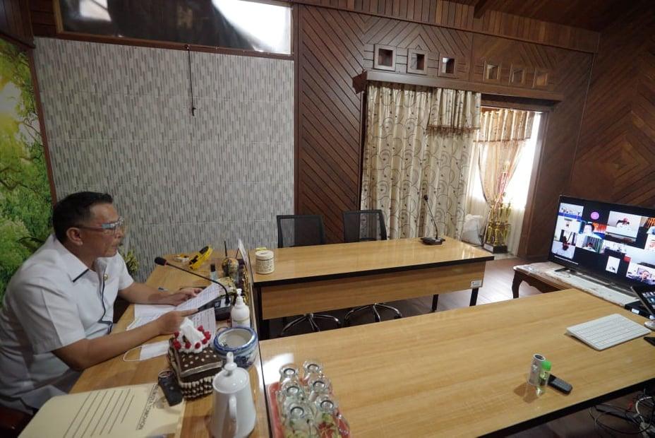 Wali Kota Tomohon  Jimmy Feidie Emabn SE Ak CA usai membuka Sosialisasi Aplikasi Qlue dari ruang kerjanya
