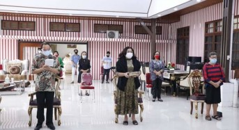 Bupati ROR dan Keluraga Ibadah Minggu di Rumah Dinas