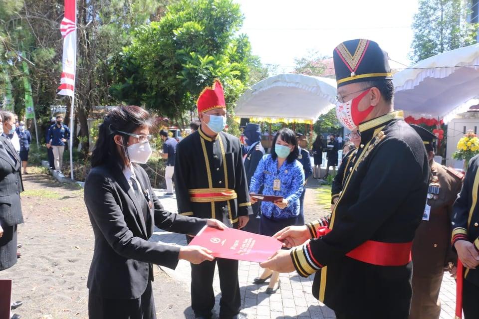 Wali Kota Tomohon menyerahkan penghargaan Satya Lencana