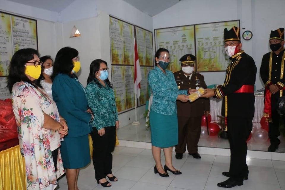 Wali Kota Tomohon Jimmy Feidie Eman SE Ak CA menyerahkan masker di kegiatan Gebrak Masker