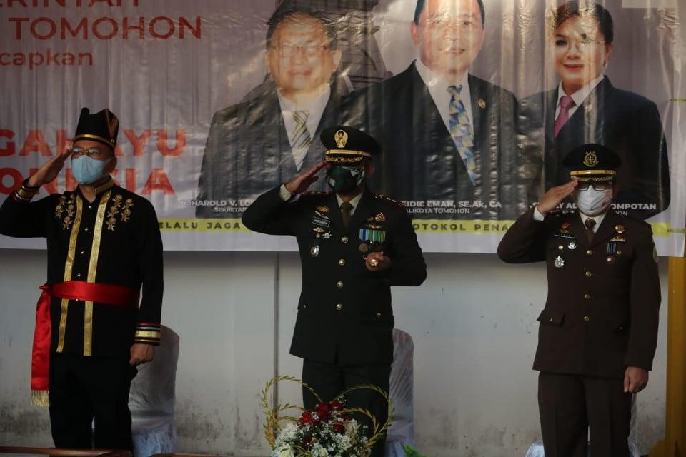 Wali Kota Tomohon Jimmy Feidie Eman SE Ak CA bersama Forkopimda mengikuti Upacara Penurunan Bendera