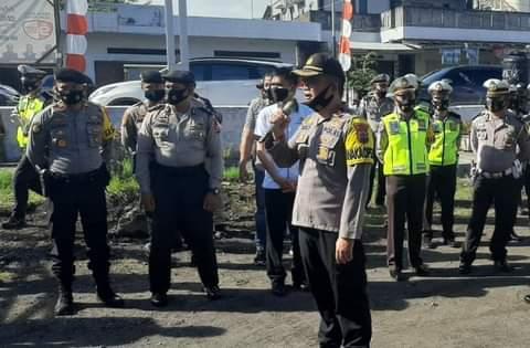 Kapolres Minsel AKBP Norman Sitindaon SIK, saat memberikan arahan kepada jajaran personil Polres Minsel yang mengawal tahapan pendaftaran Pilkada di KPU Minsel. (Ist)